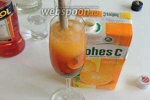 И сразу же вливаем апельсиновый сок. Кратко перемешаем.