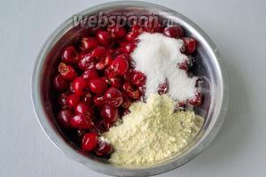 К ягоде добавляем сахар и кукурузную муку. Перемешиваем всё ложкой, чтобы сухие ингредиенты равномерно распределились.
