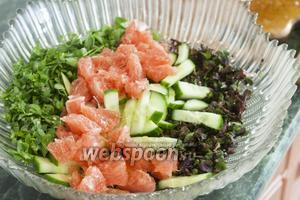 Добавим в салат розовый грейпфрут, очищенный на филе.