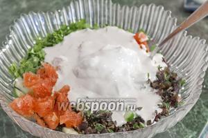 Заливаем творожной заправкой салат.