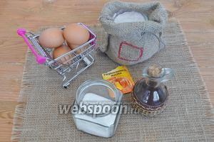 Для бисквита приготовим охлаждённые яйца, сахар, муку, разрыхлитель, 3 столовые ложки крутого кипятка и масло растительное.