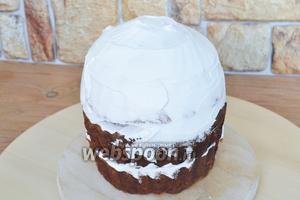 Промазать коржи торта и собрать торт. Покрыть кремом верхушку. Немного оставить для финального оформления верха.