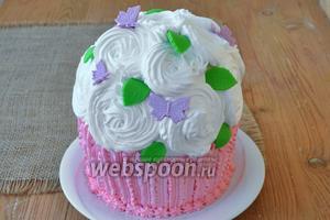 Ещё добавим бабочки из той же мастики и всё готово. Отправим торт на 4 часа в холод. Готовый торт весит примерно 1,2 кг, при диаметре 16 см.