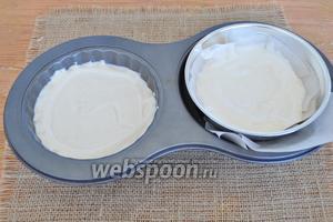 Для выпекания используем форму для торта капкейка. Но ту часть, которую я использовала для верхушки торта, я заменю на полусферу. В данном случае именно такая форма мне нужна для верха торта. Выпекаем в разогретой духовке при 170°С 40 минут.