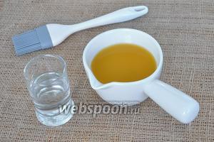 Коржи пропитать смесью из персикового сока и белого рома.