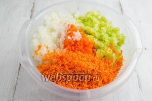 Подготовленные овощи перемешать в глубокой посуде.