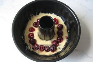 В форму для кексов выложить белую часть теста. Черешню помыть, удалить косточки и добавить в белое тесто.