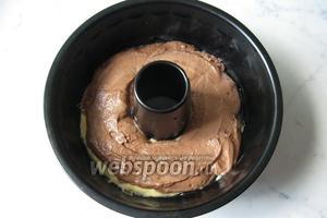 Сверху выложить тесто с какао.