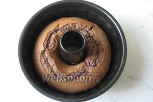 Выпекать кекс в духовке, заранее разогретой до 175°С 35-50 минут, в зависимости от духовки.