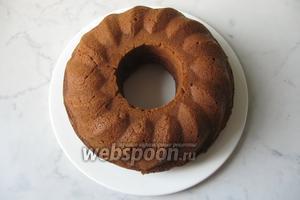 Готовый кекс немного охладить и достать из формы.