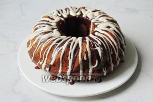 Растопить чёрный шоколад, добавить немного сливок или молока, полить кекс. К белому шоколаду добавить чайную ложку подсолнечного масла, также растопить и завершить украшение кекса.