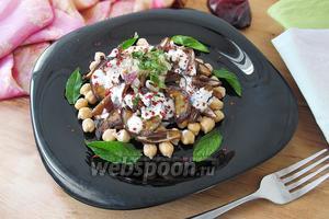 Салат из баклажанов и нута с финиками