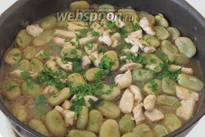 Когда блюдо готово, выключаем плиту и добавляем нарубленную петрушку. Перемешиваем.