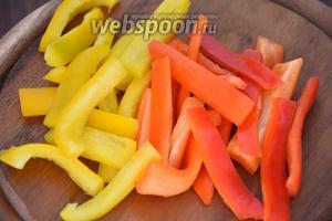 Перец помыть, удалить семена и белые перепонки, нарезать тонкими полосками.