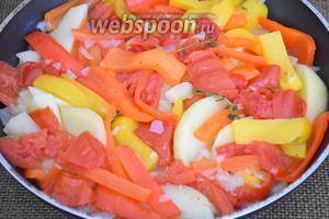 Добавить помидоры, перец, картофель, зубчик чеснока, несколько веточек тимьяна, посолить и поперчить по вкусу. Влить вино и 125 мл воды, накрыть крышкой и готовить на среднем огне в течение 25 минут.