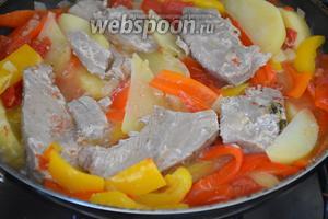 Выложить в сковороду филе тунца и готовить ещё 4-5 минут.
