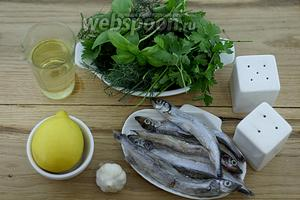 Возьмите такие продукты: мойву замороженную, петрушку, укроп, базилик зелёный, сок лимона, масло оливковое, уксус яблочный, чеснок, соль, перец чёрный молотый.