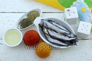 Возьмите такие продукты: мойву замороженную, масло подсолнечное, помидоры, соль, перец чёрный молотый, орегано сушёный, тимьян сухой.