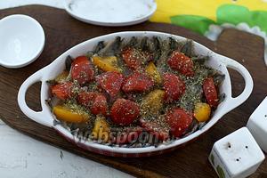 Опять уложите филе мойвы и кусочки помидор. Также приправьте специями и полейте оставшимся маслом. Отправьте в горячую духовку (200°С), примерно на 30-40 минут.