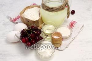 Необходимы такие продукты: мука, сыворотка, яйца, щепотка соли, большая горсть ягод, растительное масло любого сорта, густая сметана.