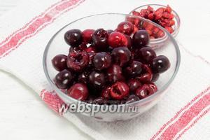 Одновременно вынимаем косточки у уже чистых ягод.