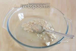 Смешайте тёплую воду с сахаром и дрожжами, оставьте на 15 минут для активации дрожжей.