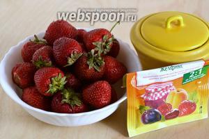 Подготовьте необходимые ингредиенты: свежую клубнику, пектиновый порошок «желфикс» (я использовала вариант 2:1 в оранжевой пачке) и сахар. 3,5 ст. л. «желфикса» — это 1 полный пакетик.