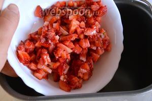 Ягоды вымойте, очистите от плодоножек и мелко нарежьте. Выложите кусочки ягод в чашу хлебопечки.