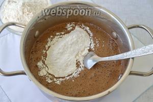 Пшеничную муку просеиваем вместе с разрыхлителем и порционно вводим в тесто. Можно перемешать аккуратно ложкой, или же опять воспользоваться миксером. Масса должна быть однородная, без комков.