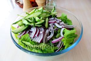 К салатным листьям добавить свежий огурец, лук и стручковую фасоль.