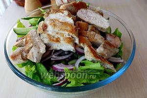 Добавить куриное филе к ингредиентам для салата.