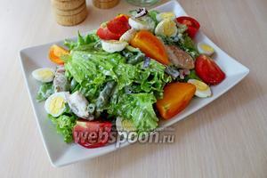 Выложить салат на блюдо, украсить отварными перепелиными яйцами и ломтиками помидора.