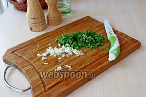 Чеснок и зелень мелко нарезать.