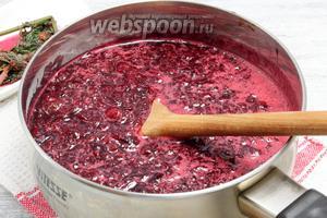 Выловив пучок посеревшей мелиссы, в сироп опускаем порцию вишнёвого пюре — кипятим, снимаем розовую пену, при умеренном нагреве варим 3-4 минуты.