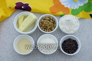 Возьмите следующие ингредиенты: масло сливочное, муку пшеничную, кокосовую стружку, сахарную пудру, белую смородину, шоколадные дропсы, сгущённое молоко.