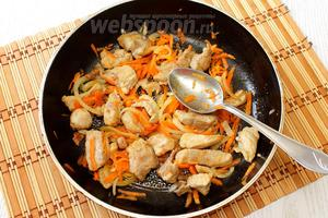 В конце обжаривания добавляем нашинкованные лук и морковь, тушим ещё 5-7 минут.