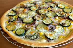 Запекайте пиццу в разогретой духовке на среднем уровне, около 20 минут, пока сыр не расплавится. Подавайте готовую пиццу сразу же, украсив, по желанию, листиками базилика. Buon appetito!