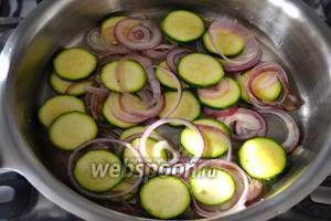 Тем временем для начинки нарежьте кольцами красный лук, и цукини. В сковороде разогрейте 1 ст. л. оливкового масла и положите лук, цукини, добавив туда же 2-3 зубчика измельчённого чеснока (по вкусу). Помешивая, обжарьте овощи 5-6 минут. Они не должны зажариться, просто кабачок должен стать чуть мягче. Посолите и поперчите по вкусу. Снимите сковороду с огня и отставьте в сторону, дайте слегка остыть. Сыр Моцарелла нарежьте кусочками и положите в ситечко, чтобы вся лишняя жидкость из сыра стекла...