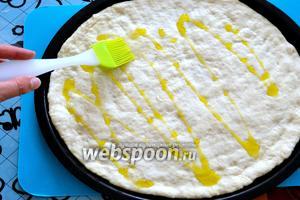 Затем смажьте тесто оставшимся оливковым маслом (1 ст. л.).