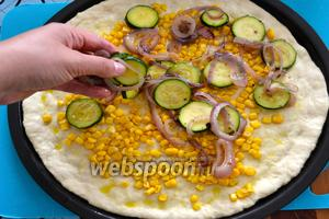 Поверх слоя из кукурузы распределите равномерно овощи.