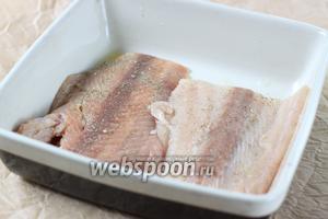 Филе посыпаем солью и перцем (либо приправой к рыбе, на ваш вкус). Посуду для выпечки смазываем растительным либо оливковым маслом и отправляем в духовку (190°С) на 20-25 минут.