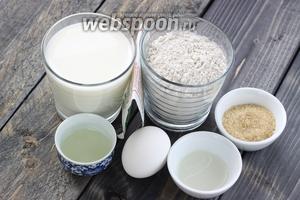 Для приблизительно 12 оладий нам понадобится 1 стакан ржаной муки, 1 стакан молока, яйцо, сахар, 2 столовые ложки растительного масла, сода, лимонная кислота, соль.