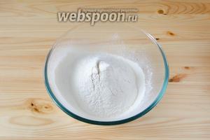 Муку с разрыхлителем и солью просеиваем в глубокую посуду.