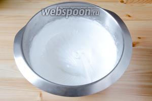 В чаше кухонного комбайна с помощью венчика взбиваем белки, постепенно высыпав в них оставшиеся 2/3 сахара. Должна получиться пышная устойчивая пена.