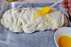 Смазать взбитым яйцом и выпекать в хорошо разогретой духовке (220°С) 20 минут.