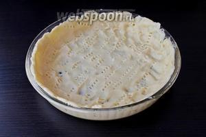 Песочное тесто раскатать по форме и наколоть вилкой, убрать тесто с формой в морозильник на 10-15 минут. Форму желательно предварительно смазать маслом и присыпать мукой.