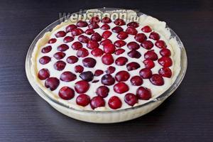 Поверх начинки распределить вишню. Выпекать тарт в заранее разогретой духовке (170-180°С) 45-50 минут.