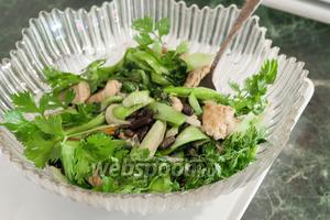 Добавим свежий портулак и кинзу. Всё готово — можно раскладывать в порционные тарелки. Подаём с омлетом и листьями зелёного салата, но вы можете подать это блюдо без всякой подгарнировки, или выбрать свой вариант. Приятных гастрономических впечатлений!