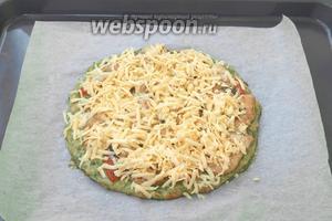 Сыр натереть на тёрке, достать пиццу из духовки и посыпать сверху сыром. Поставить снова в духовку и печь 5-7 минут до расплавления сыра.
