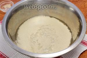 В воду бросаем дрожжевые гранулы — перемешиваем.